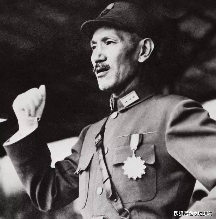 他是国军军长,投诚后再次叛逃,为何晚年能享受军级待遇