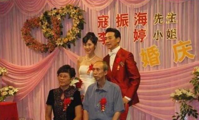 """""""司令""""寇振海:娶比自己小21岁娇妻,66岁与儿子同框被嘲像爷孙"""
