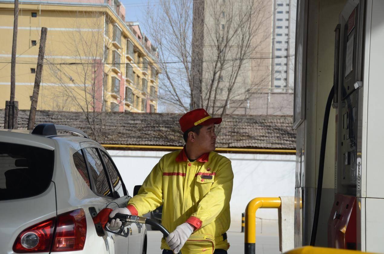 为何工资两千依然留得住加油站收费员?员工表示:月薪两万也不换!