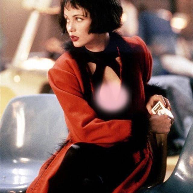 艾曼纽·贝阿57岁了,曾经拥有天使般美貌,穿红色抹胸裙太惊艳