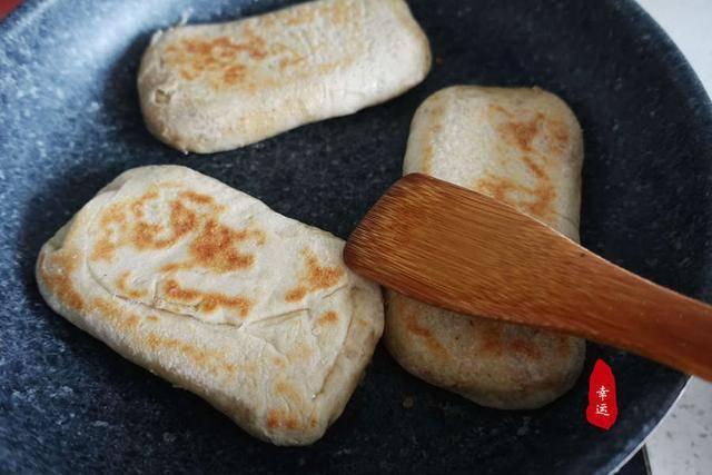 烧饼外酥内软嫩,无论里面夹蔬菜或是酱肉,这饼吃起来就是香