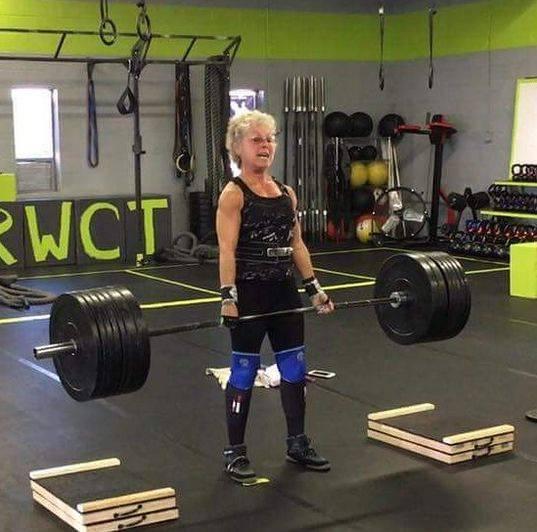 72岁奶奶负重平板支撑140斤,硬拉270斤,完爆99%的年轻人