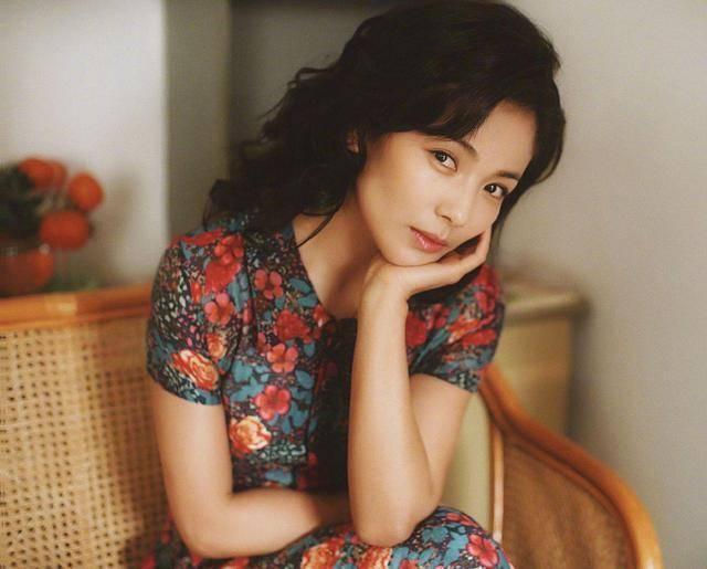 41岁刘涛成古典韵味杀手!穿印花裙搭烫卷发精致高贵,年代感十足