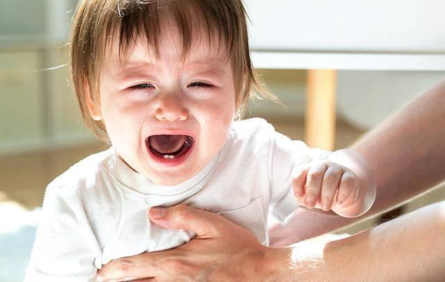 """宝宝总是莫名哭闹,可能是""""肠绞痛""""在作祟,妈妈试试这几个方法"""
