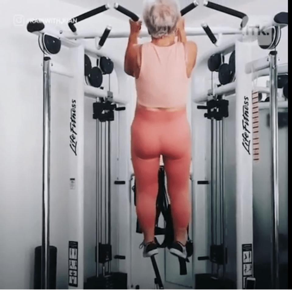琼·麦克唐纳,今年73岁,3年前开始积极健身,现在已经脱胎换骨