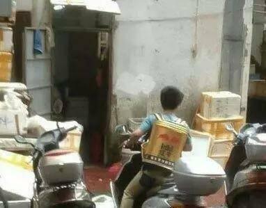 爆笑gif图:哥们,你这红牛背包是喝饮料送的吗?
