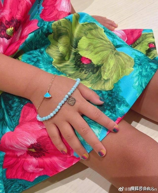 关颖培养女儿从小做名媛?5岁女儿戴上万珠宝,全身奢侈品超吸睛