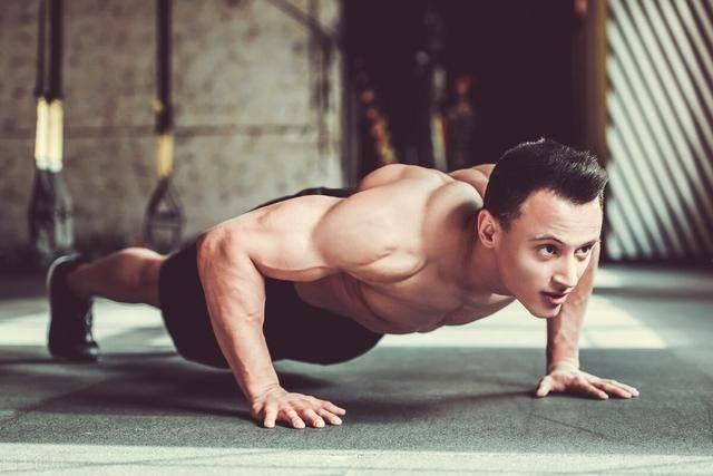 俯卧撑可以练胸肌吗?8个变式动作,帮你虐出胸肌!