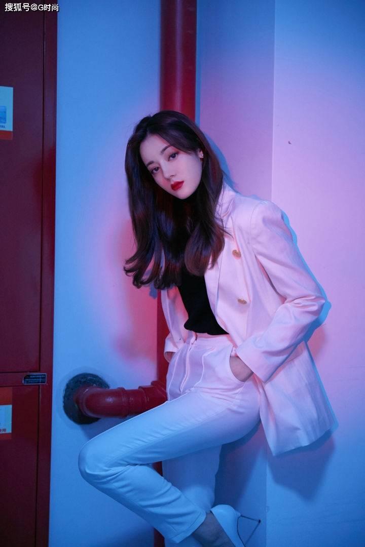 又见迪丽热巴的潇洒裤装,利落简约的白色套装,酷飒十足