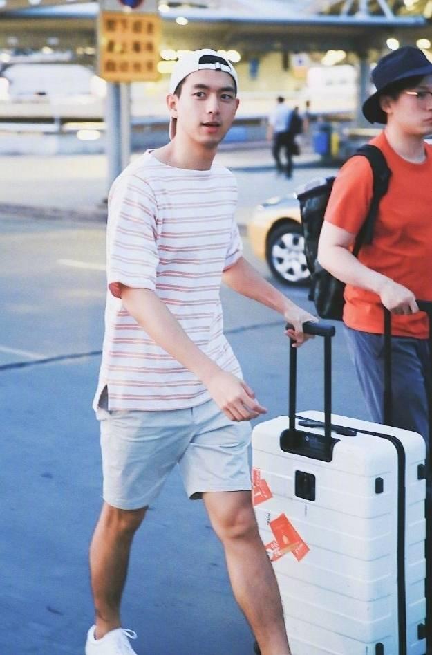 身材好就是任性,李现穿花衬衫又帅又萌,简直是男朋友的穿搭手册
