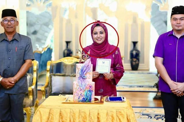 马来西亚苏丹后王冠太奢华!穿紫裙庆生,王妃的爱马仕鳄鱼包亮了