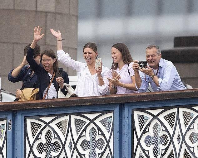 这才是王室隐藏小鲜肉!哈里表弟爱晒肌肉照,还穿紧身衣参加赛艇