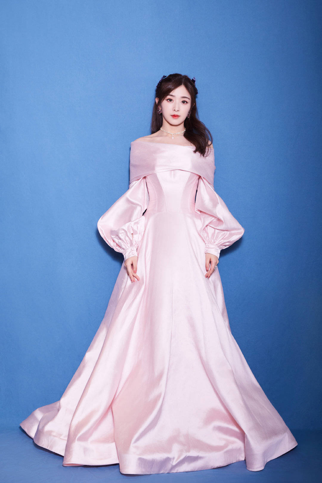 31岁张含韵变身古堡公主,粉色长裙古典高贵,桃花妆娇俏惹人爱