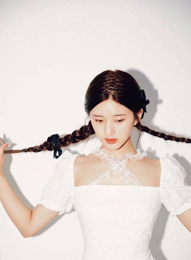 """赵露思不愧""""甜心教主"""",穿白色裙装脖子捆绑蕾丝,禁欲气息满满"""