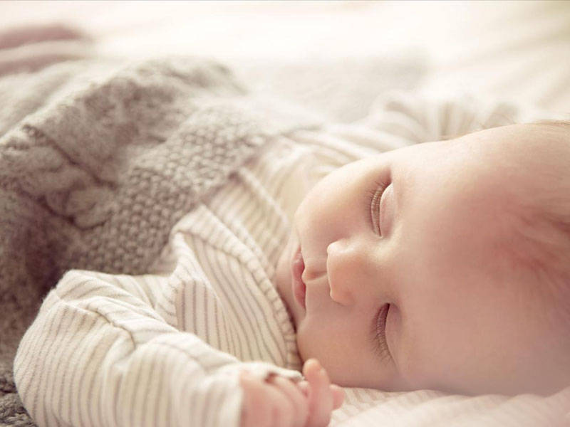 原创月嫂一直让宝宝两边来回侧睡,宝宝后脑勺比较凸,月嫂说长长就好了,是真的?