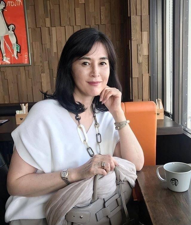 45岁日本博主的私服太美了,优雅而从容,中年女人照着穿就对了图片
