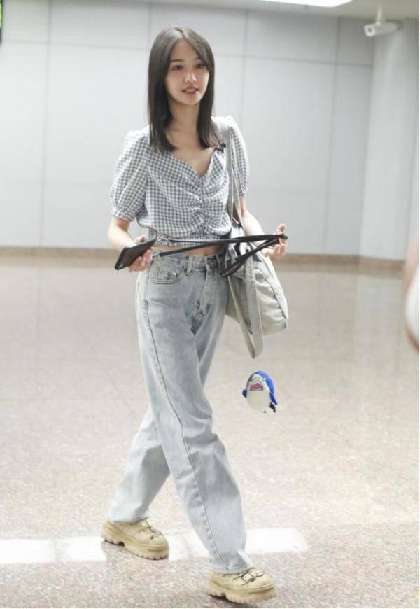 原创女明星身材真不是吹的,郑爽穿格纹小衫秀纤细腰线,曲线感好迷人