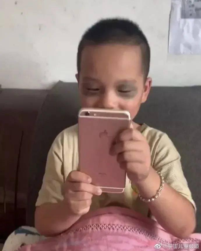 有些孩子,我看他不是在玩手机,是在表演杂技