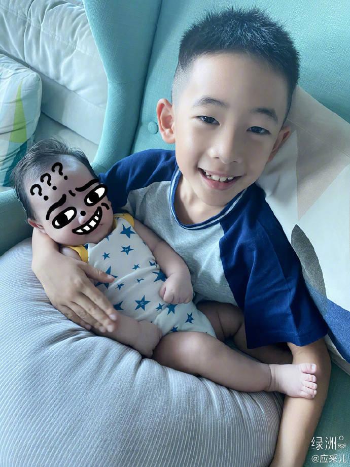 原创应采儿首晒一家四口,妈妈抱小儿子状态好,Jasper比心甜笑
