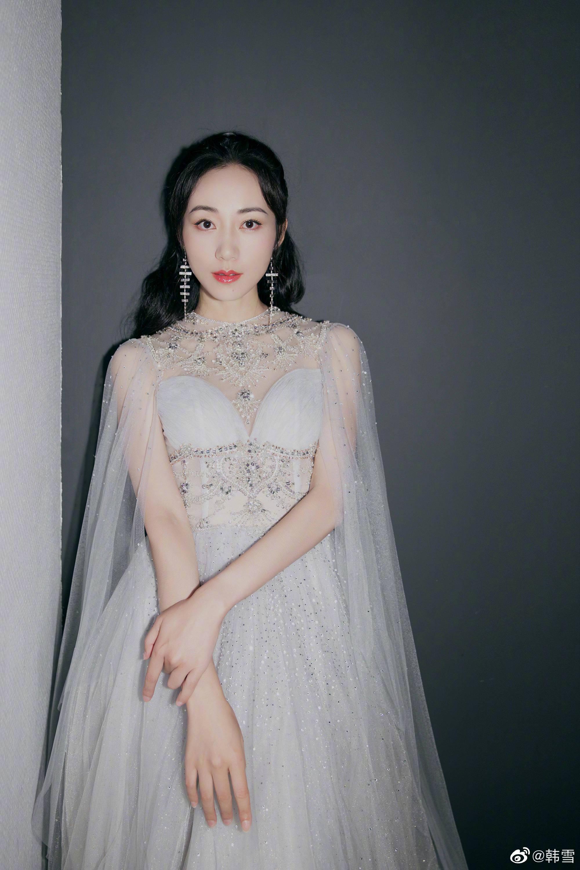韩雪浅灰纱裙轻盈曼妙,柔和的触感温柔细腻,碎钻点缀更是耀眼