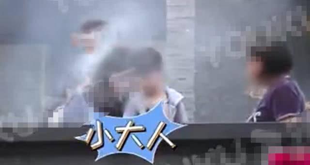 46岁吴京携妻儿参加烧烤聚会照片流出,白发显沧,硬汉形象不再