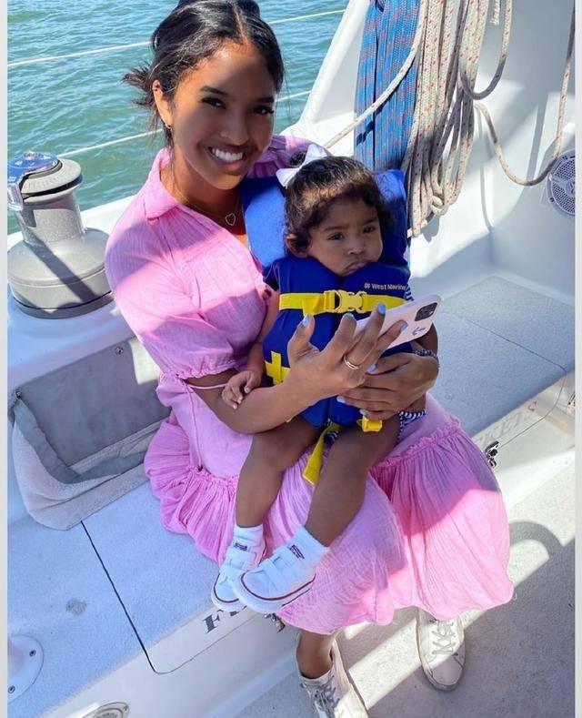 瓦妮莎与科比挚友出海,没穿泳装秀身材,一身少女裙比女儿还靓