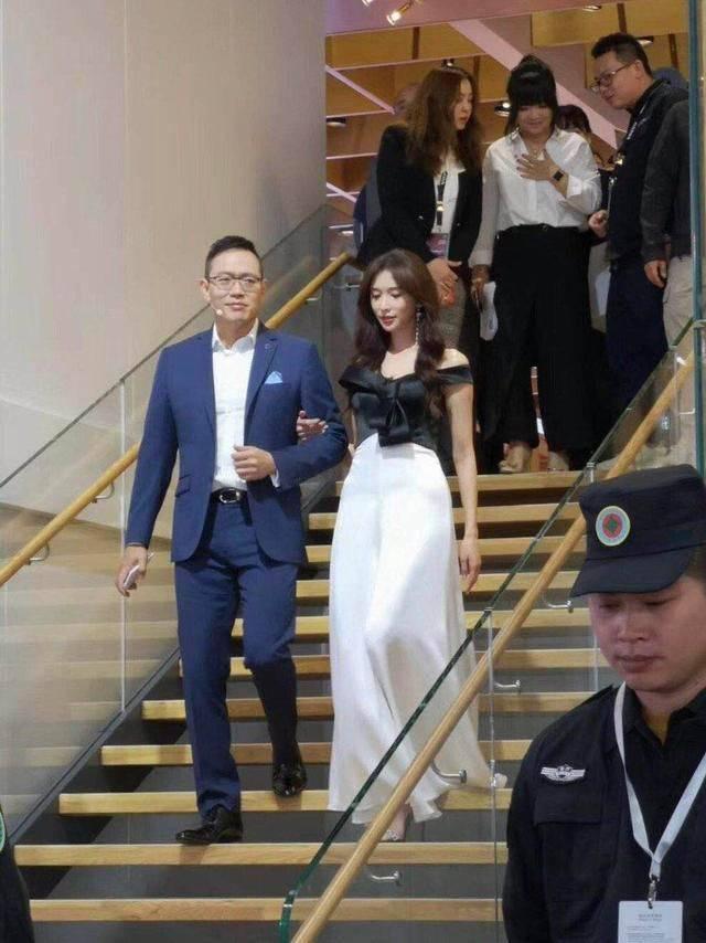原创林志玲陪老公参加活动,举止优雅高级,全身散发贵妇气质!