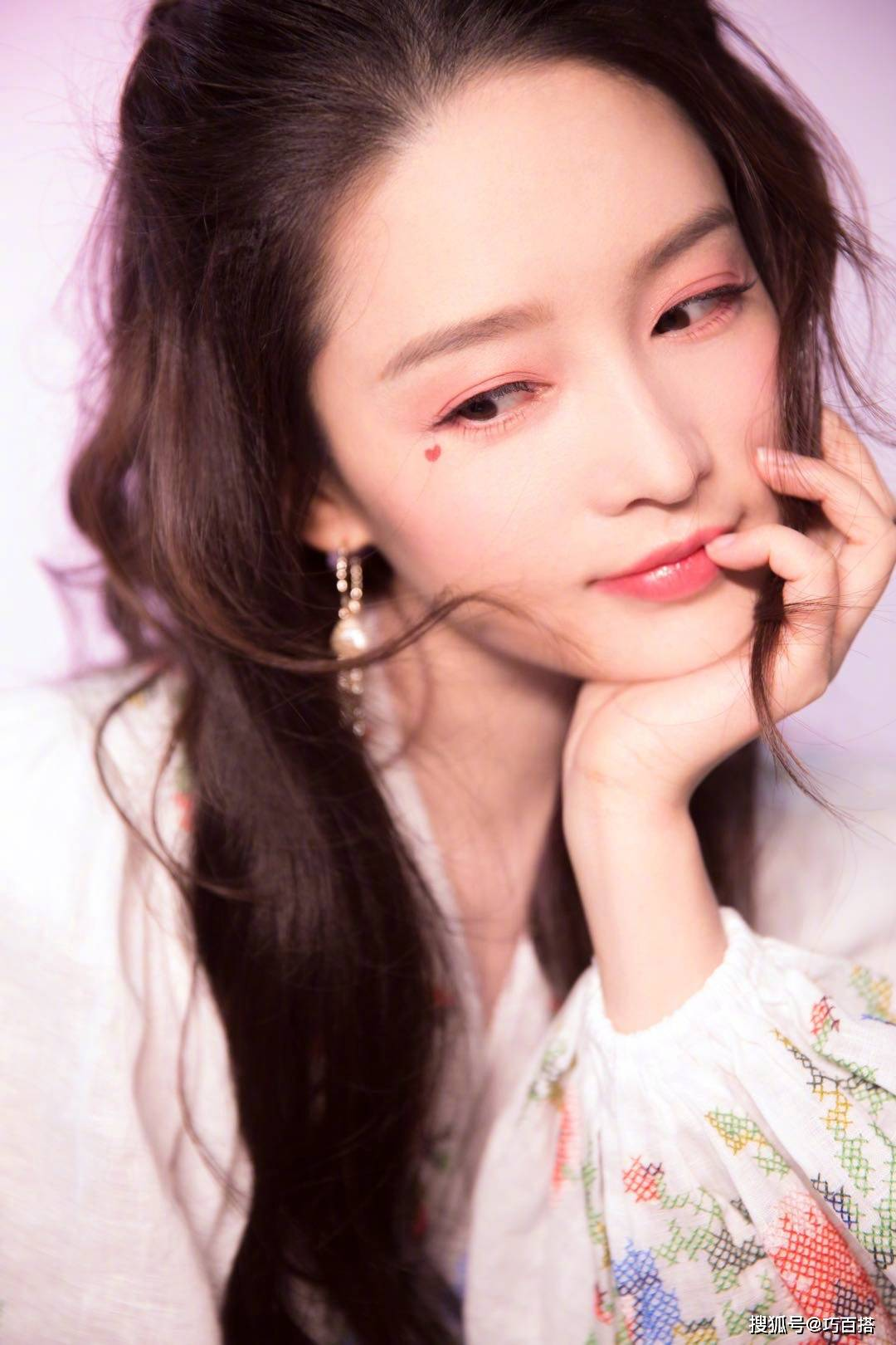 30岁的李沁时尚品味不俗!七夕桃花妆粉面含春,简直撩人于无形