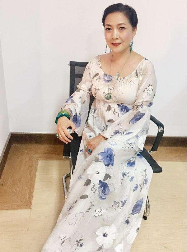 原创             沈丹萍穿衣的品味一直很高级,60了脸还自然,比刻意扮嫩的漂亮!