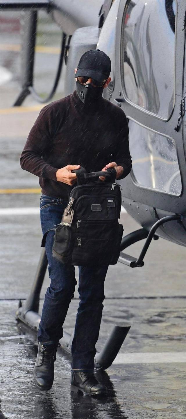 阿汤哥在大雨中乘坐私人飞机出行,飞机安全着陆,大长腿太吸睛