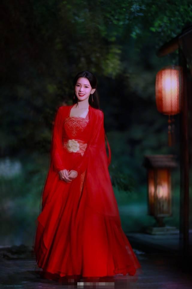 小枫红衣惊艳了无数人,陈瑶新剧也是红衣却灵动清新,更加美艳