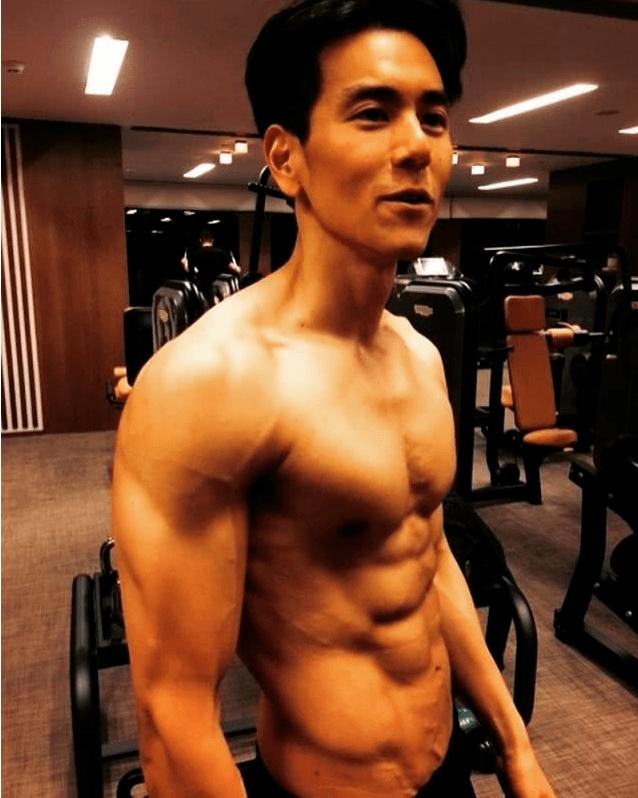 肌肉结实、体格健壮