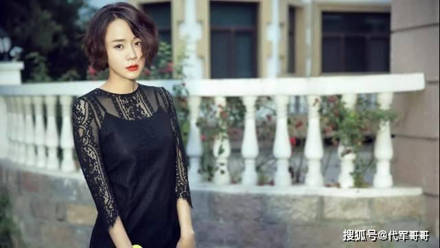"""她是陆毅的美男同窗,嫁给""""陆尔豪""""为妻,因去口罩厂做义工获赞"""