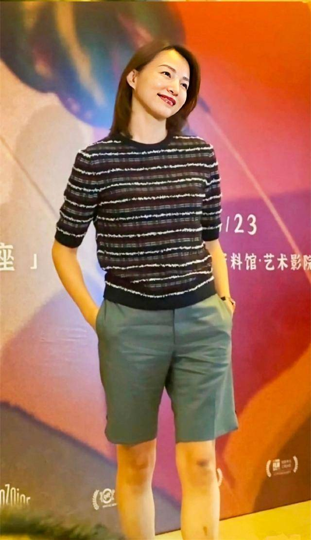 原创             46岁董卿真敢穿,西装裙里面套长裤,不仅不丑,意外美出新高度