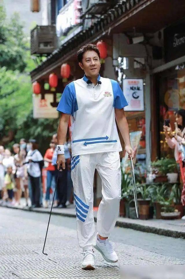 53岁蔡国庆频放虎狼之词,紧搂18岁男艺人吸元气,尺度大开晚节不保?
