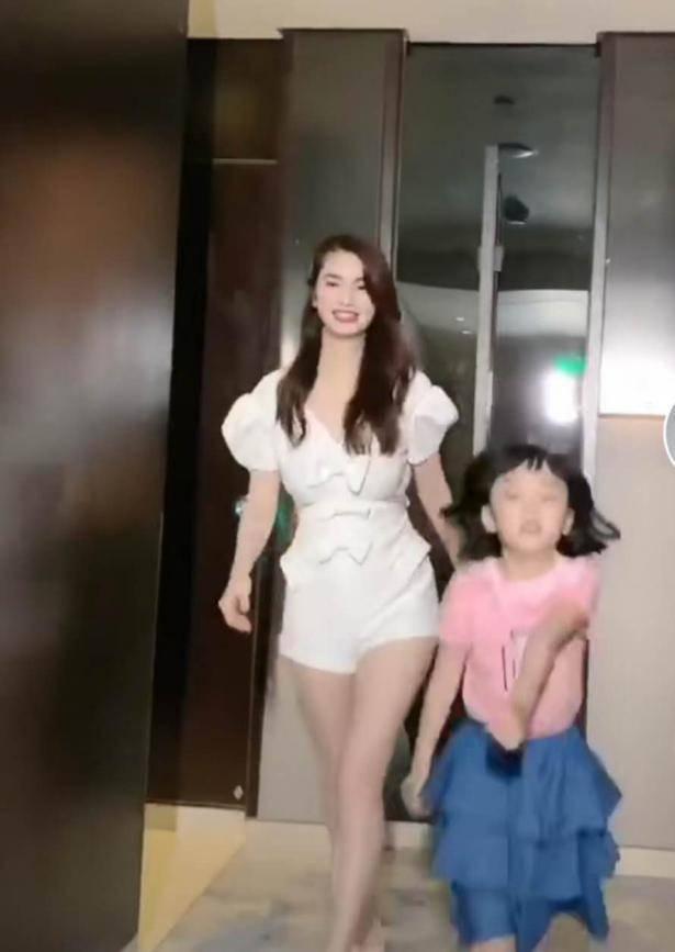 前港姐洪欣与女儿同框,长腿太惊艳!