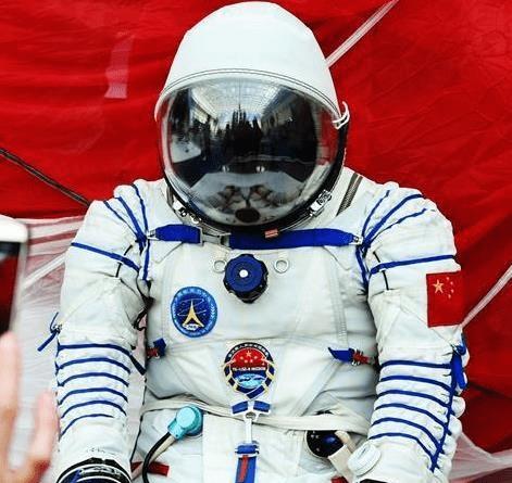 不同国家的太空服比较: