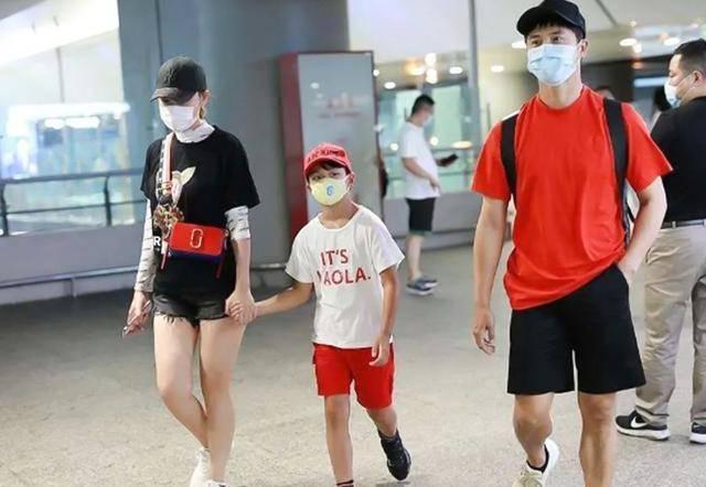 田亮8岁的儿子这次和他一起去了机场 田