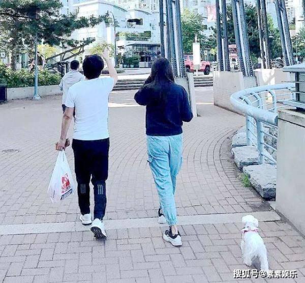 53岁王祖贤露面,街头与友人一闪而过,男伴背影好像齐秦