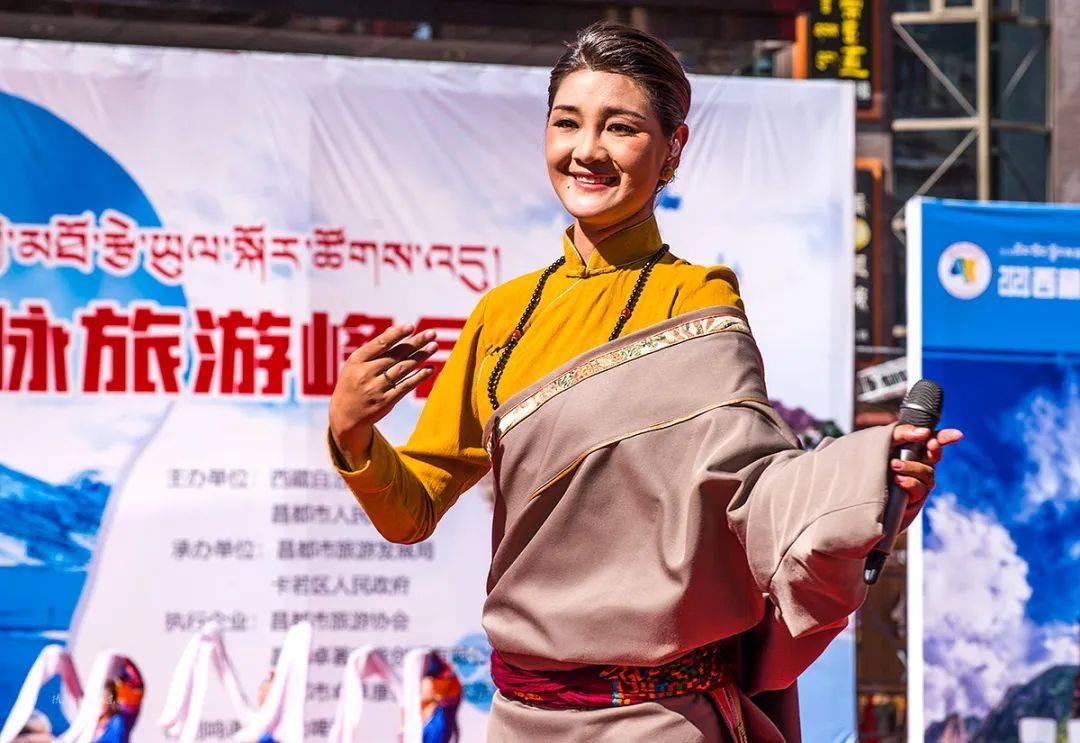 原创             为传奇昌都代言,著名歌星降央卓玛获西藏昌都市旅游大使称号,市长亲授证书