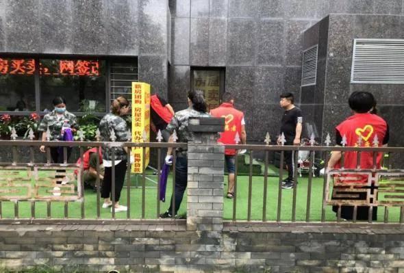 山西太原:尖草坪区清理小区广告提升文明形象