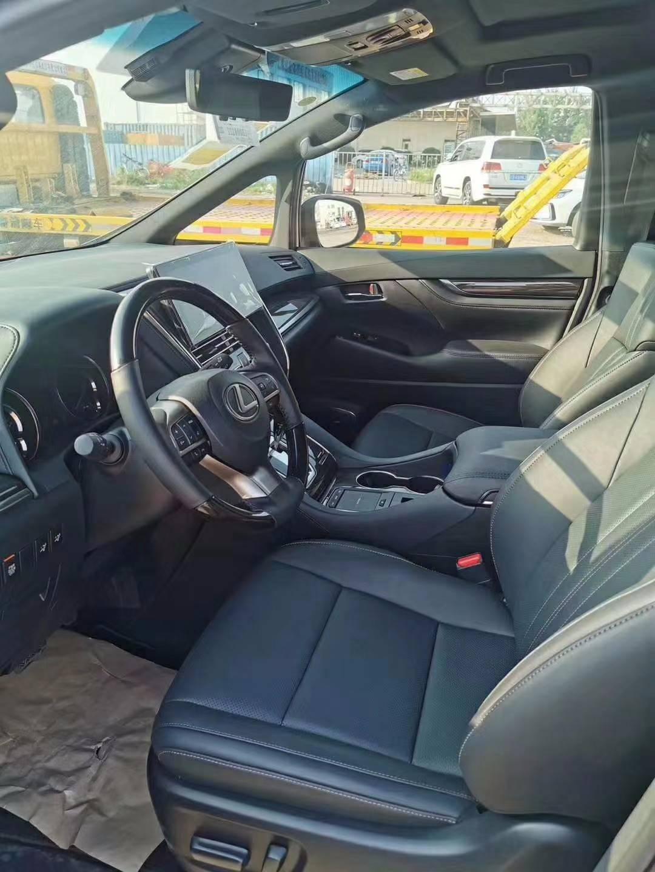 新款雷克萨斯LM300给港口带来了好处。