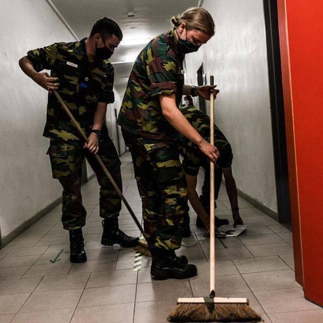 原创             谁说公主很娇气?比利时公主刚成年就当兵,挽袖口拿扫把成清洁工