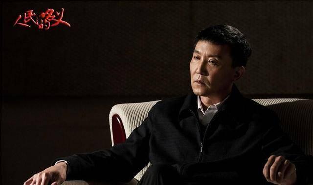 原创             58岁吴刚跨界主持音乐会,身穿丝绒西装太时髦,网友:好心动