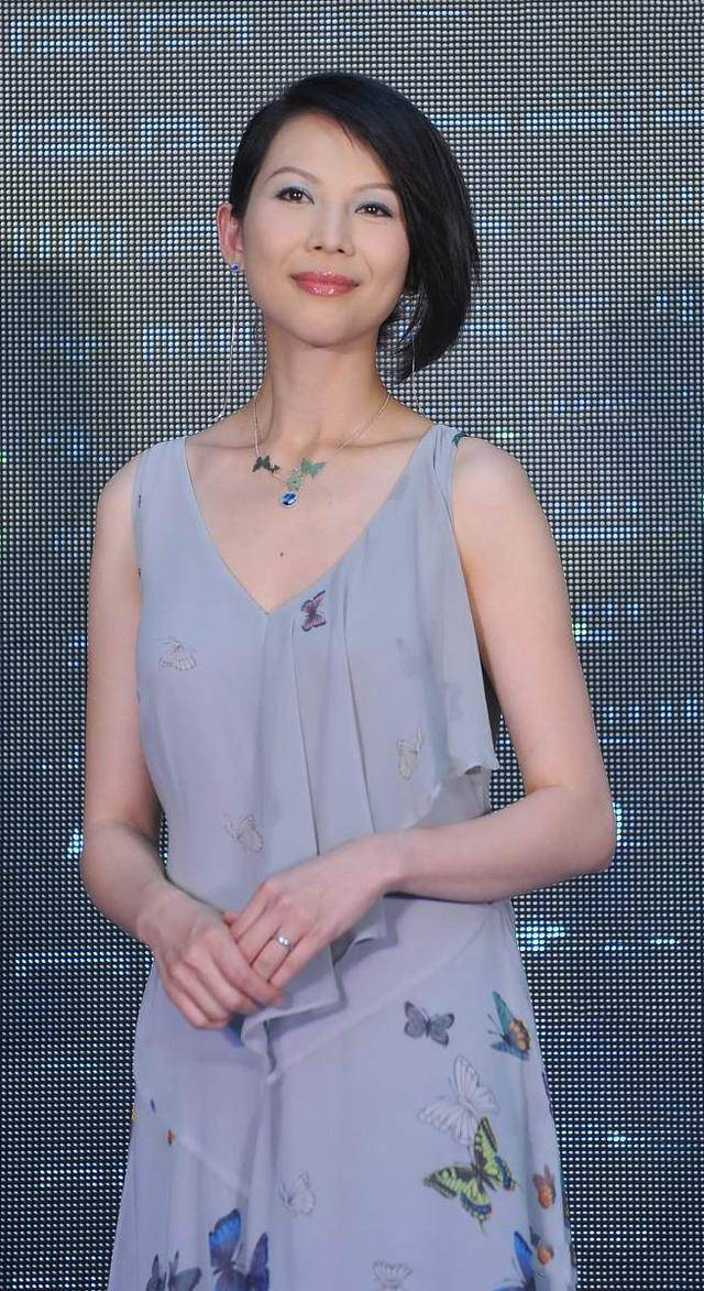 原创             蔡少芬真是个时髦精,穿吊带纱裙配蝴蝶项链,短发洋气又显气质