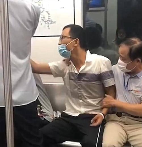 浙江女子在地铁补妆未让座,遭男子辱骂推倒殴打