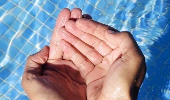 为什么手泡水里久了会发皱,而其他身体不会?原因原来是这个