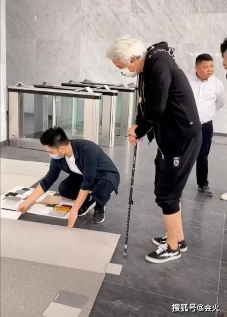 60岁林瑞阳现身工地,头发发白状态差,拄着拐杖也不忘捞金?