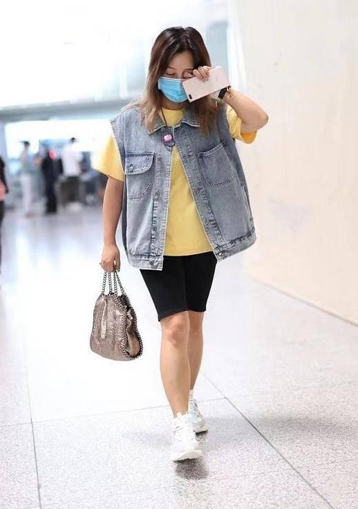 何洁穿马甲配骑行裤走机场,离开精修P图,这身材胖的过于真实