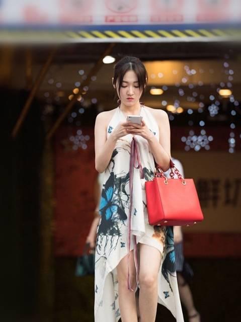 街拍:小姐姐们高贵典雅的夏装搭配,凉爽大气,尽情展现时尚魅力